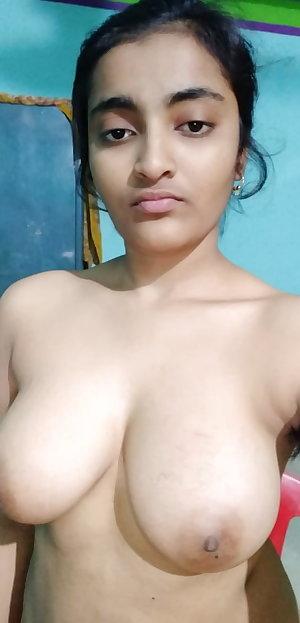 Super Hot Desi girl nude selfie Pics